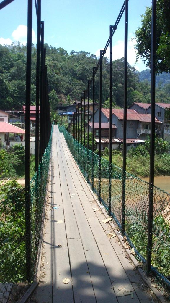 这就是他儿时来过的林明吊桥,走在桥上,心里跟着那摇晃的桥不安。